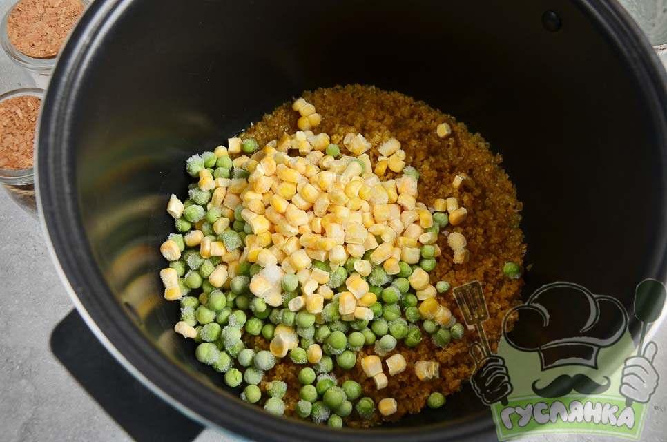 додаю горошок і кукурудзу