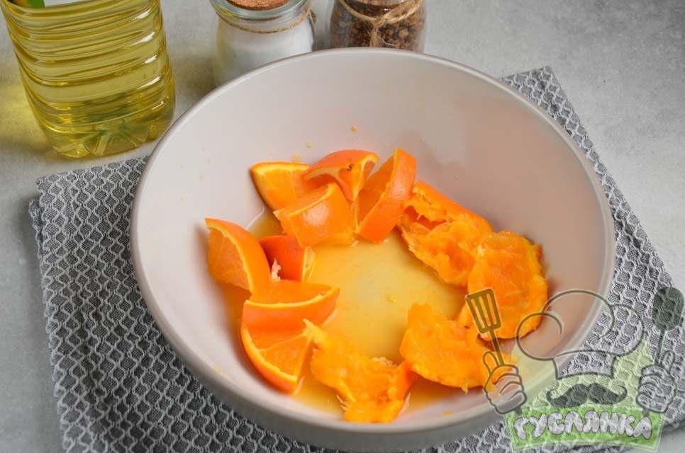 апельсин обшпарюю окропом, з половини апельсина вичавлюю в миску сік, потім увесь апельсин нарізую шматочками і кладу в миску
