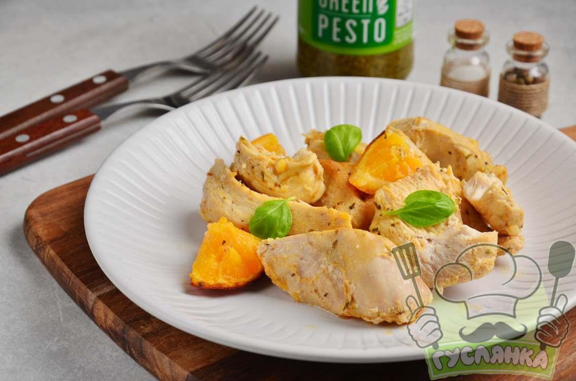 Салат з маринованими опеньками і куркою