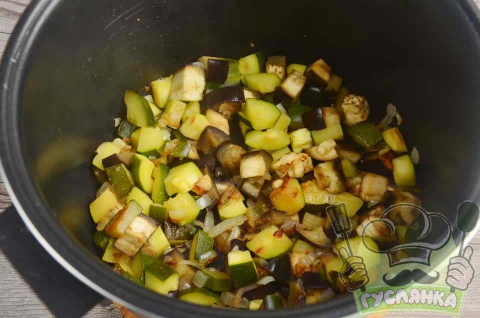 овочі в чаші обсмажую, помішуючи лопаткою, приблизно 10 хвилин