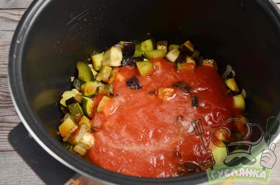 солю і додаю спеції для яскравішого пряного аромату, обережно перемішую і готую ще 10 хвилин на режимі Тушкунання