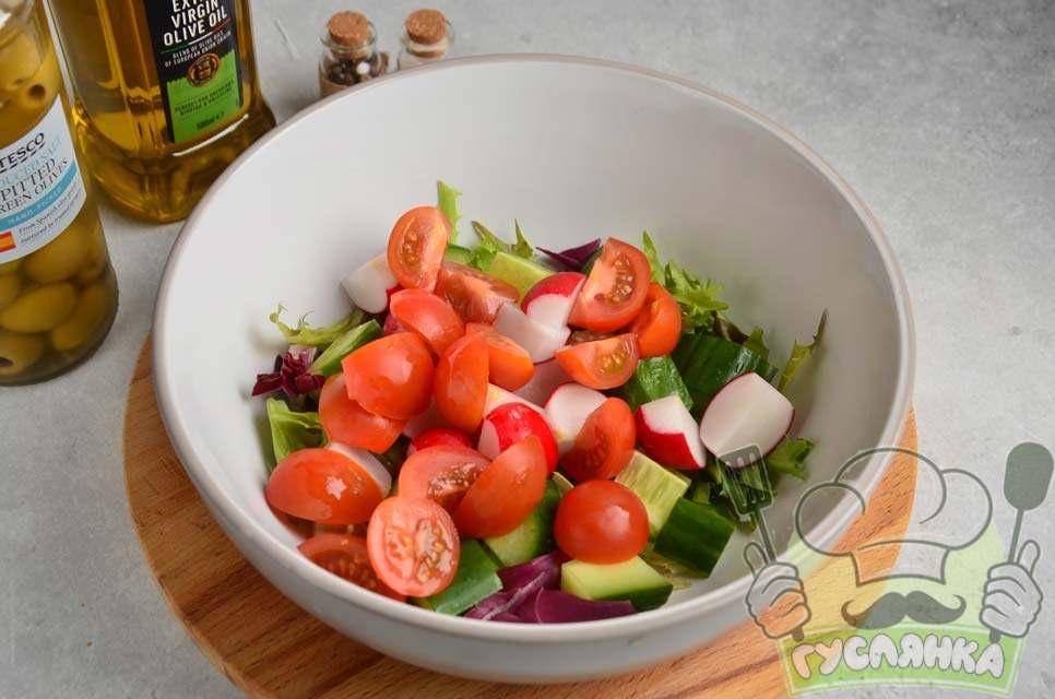 помідори черрі розрізаю на 2-4 частини і відправляю в миску до інших овочів