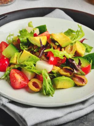 Пісний салат з авокадо та помідорами