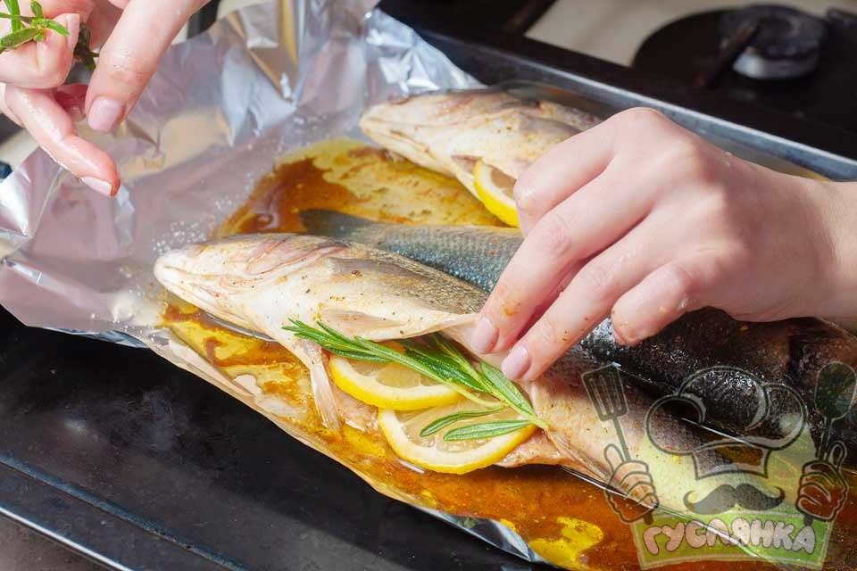 укладаю по 2 шматочки лимона і по гілочці розмарину в черевце кожної риби