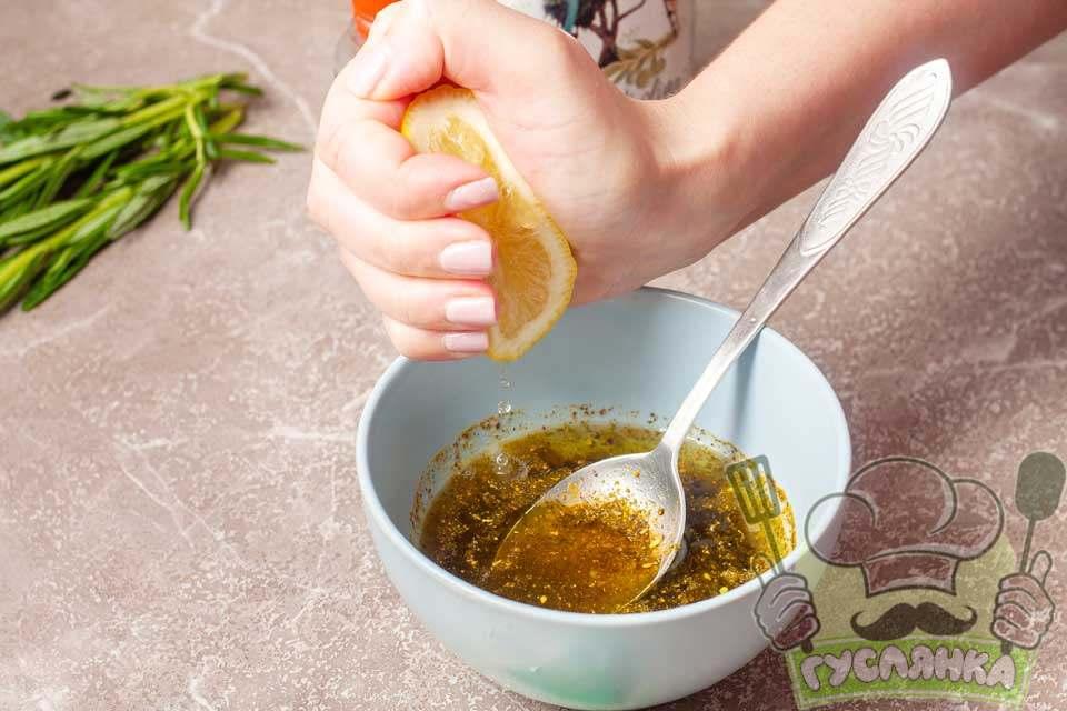 видавлюю 3-4 столові ложки лимонного соку, все дуже добре перемішую і маринад готовий