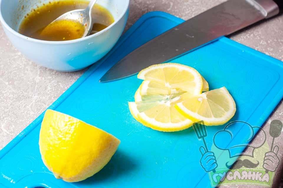 нарізую шість шматочків лимона