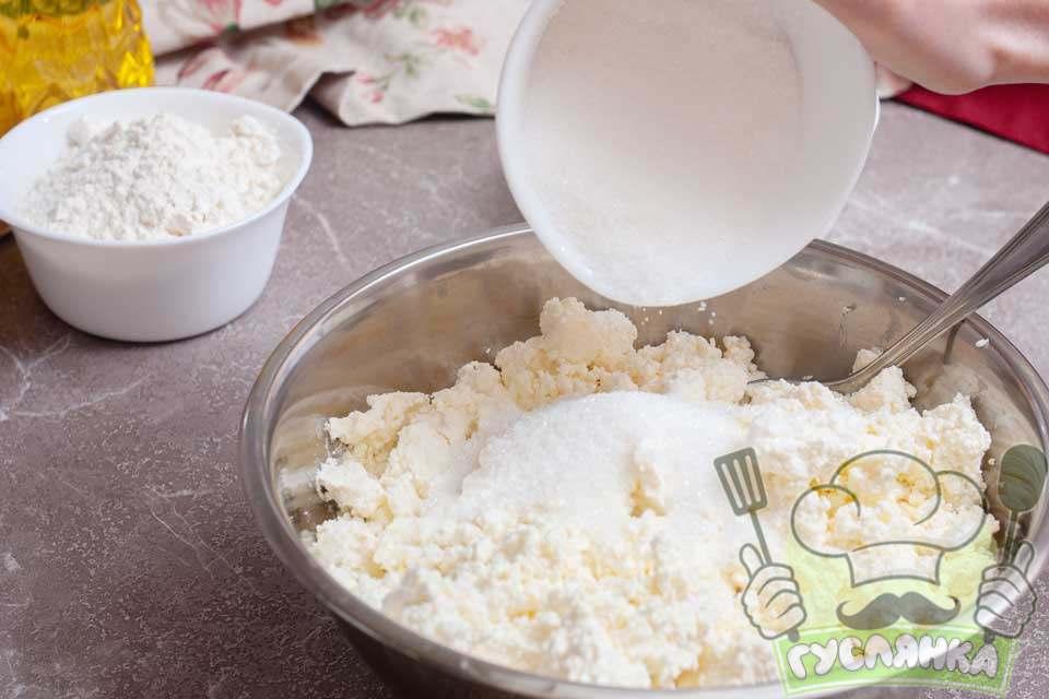 додаю до сиру цукор та сіль