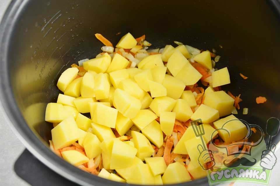 чищу і нарізую картоплю, вибрану опцію відключаю і кладу картоплю в чашу до смаженої цибулі та моркви