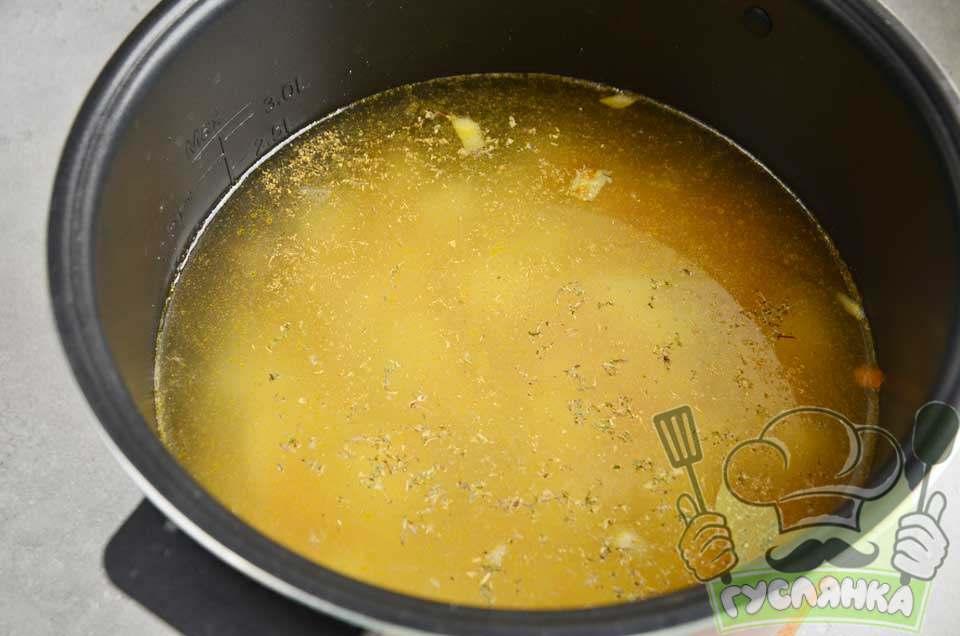 вливаю приблизно 1,6 л води, солю і кидаю спеції, перемішую і готую під кришкою на опції Суп 15 хвилин