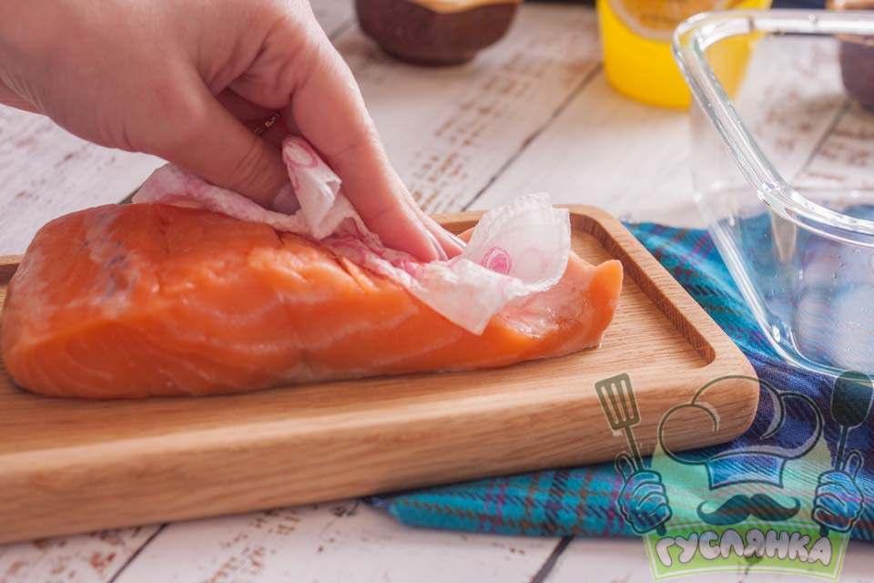 філе риби промиваю у воді і прибираю зайву вологу паперовими рушниками та кладу рибу в скляний судок