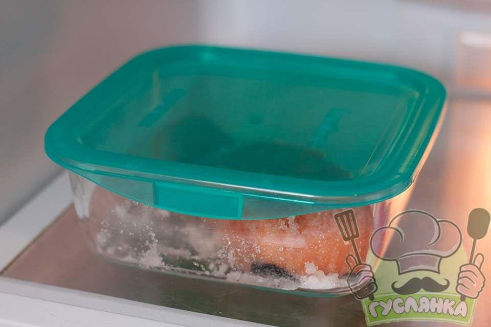 накриваю судок кришкою і ставлю рибу в холодильник рівно на добу