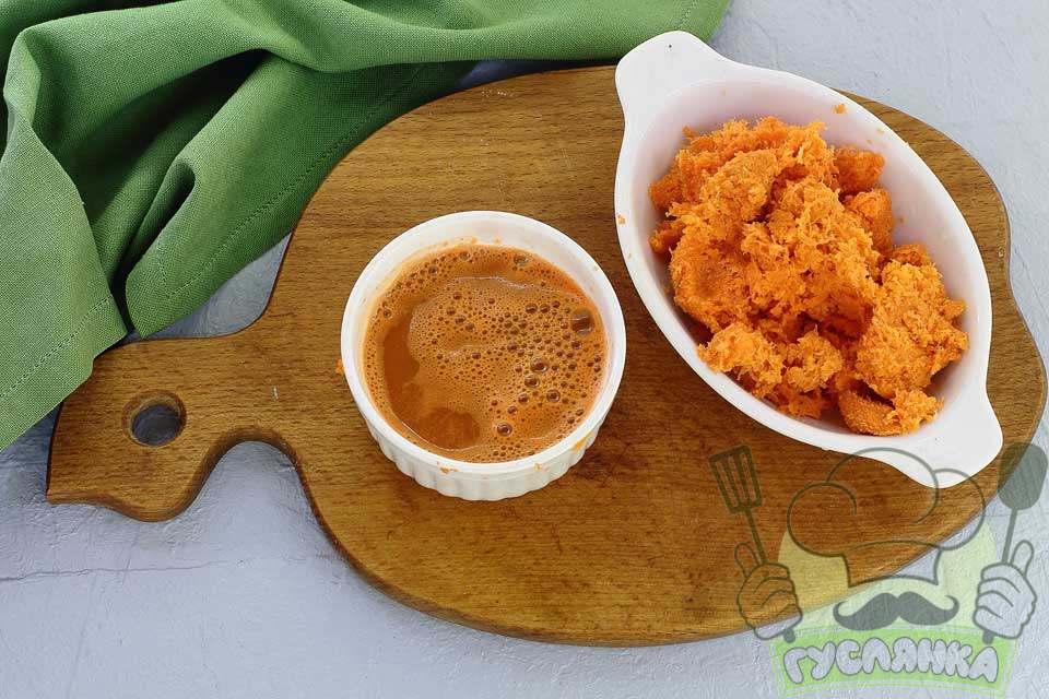 очищаю коренеплід і добре промиваю проточною водою подрібнюю на дрібній тертці, морквяну стружку віджимаю від соку