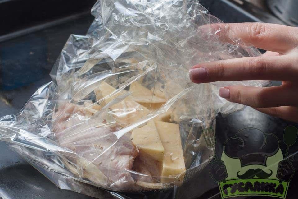 підготовлену картоплю з м'ясом перекладаю в рукав для запікання