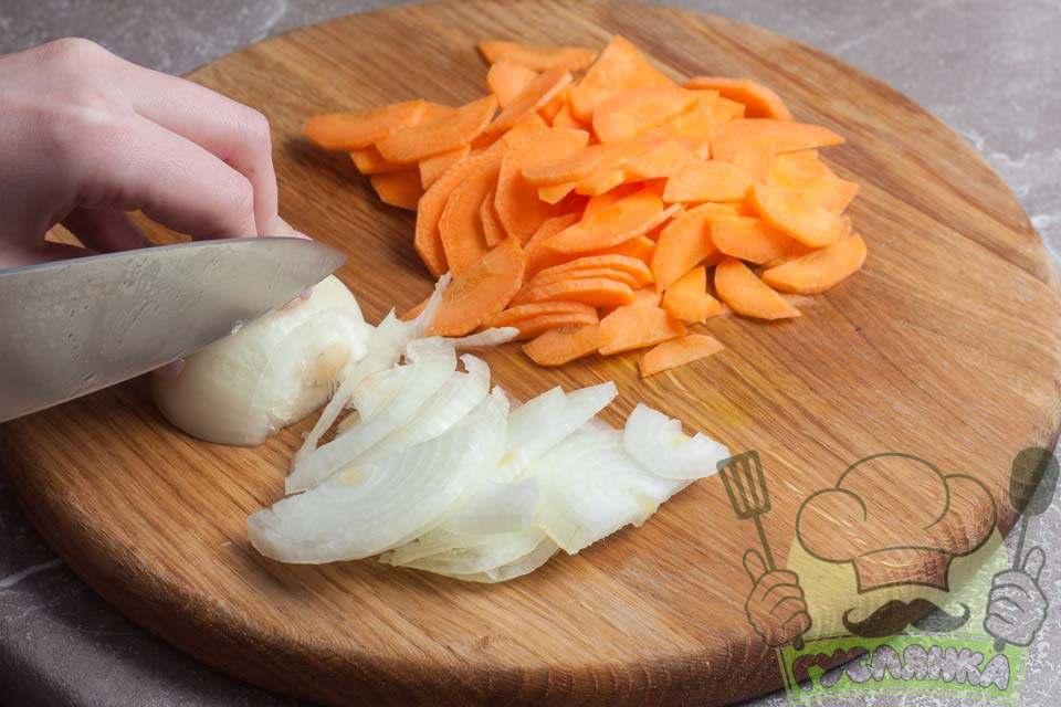 цибулю і моркву чищу, мию і нарізаю півкільцями