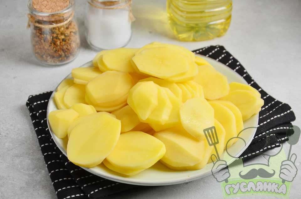 картоплю очищаю і нарізую тонкими пластинками