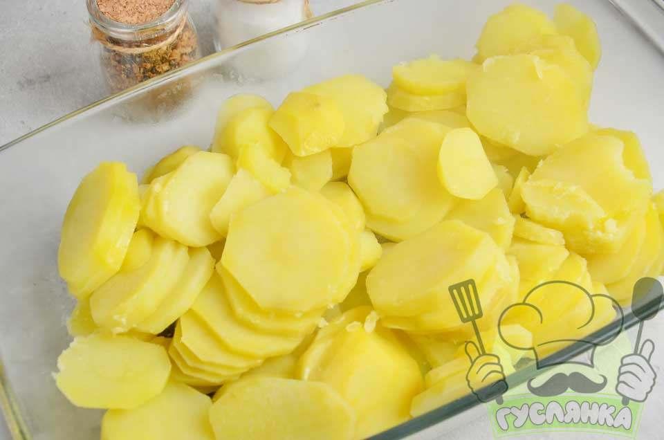 форму для випічки змащую олією та перекладаю в неї пластинки картоплі