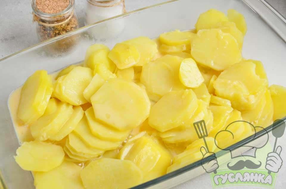заливаю картоплю сумішшю з молока і яєць