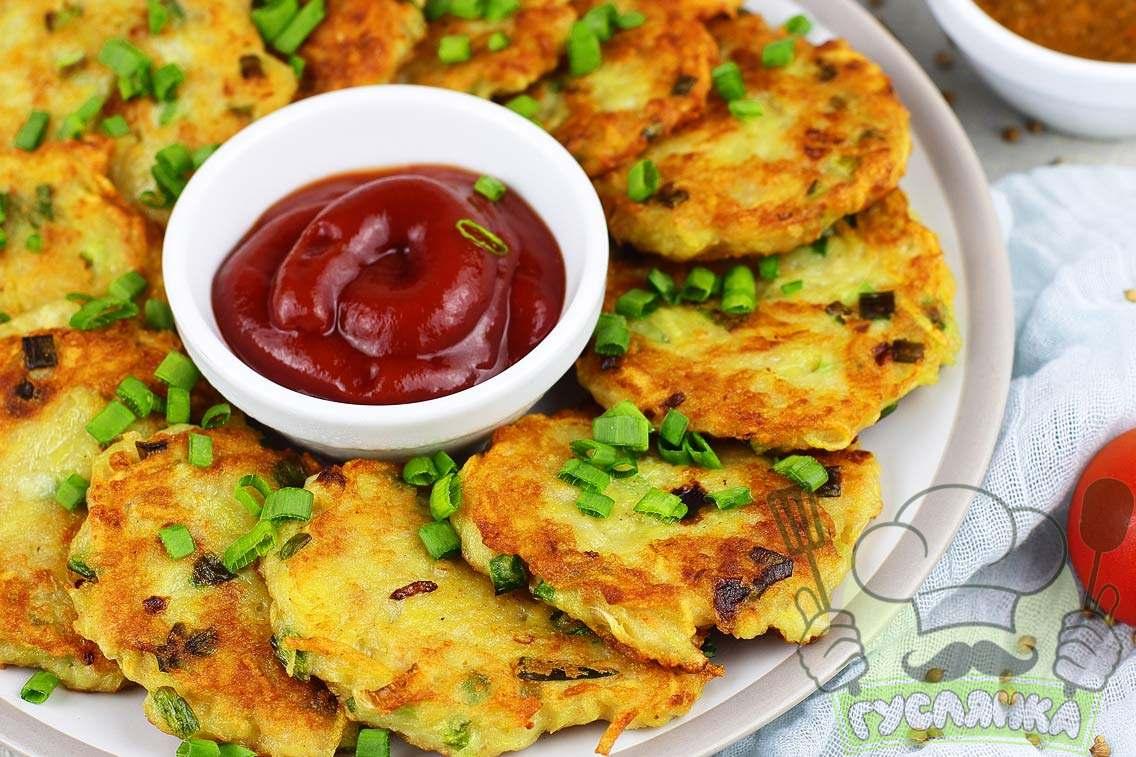 Картопляні деруни з фаршем на сковороді