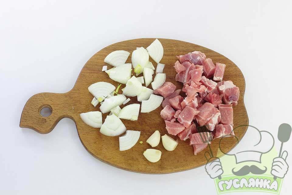 підготовлюю інгредієнти для фаршу, нарізаю м'ясо, чищу и нарізаю цибулю та часник