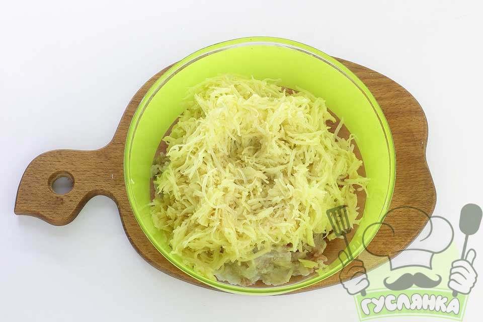 очищаю і промиваю картоплю, подрібнюю на середній терці та додаю до м'ясного фаршу з іншими інгредієнтами, перемішую