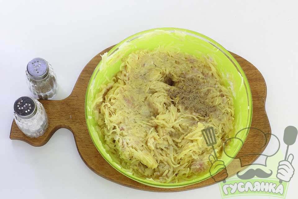 картопляну масу приправляю меленим коріандром, чорним перцем і сіллю