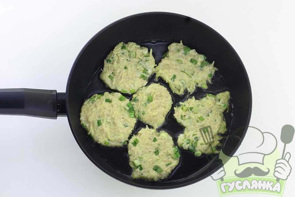 у сковороду вливаю олію, добре розігріваю, викладаю ложкою картопляне тісто і надаю круглу форму і обсмажую 2-4 хвилини