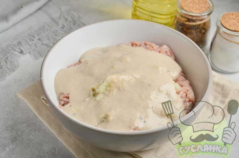 зі шматочків житнього хліба обрізую скоринку, подрібнюю м'якуш у блендері разом з молоком, після перекладаю масу в миску