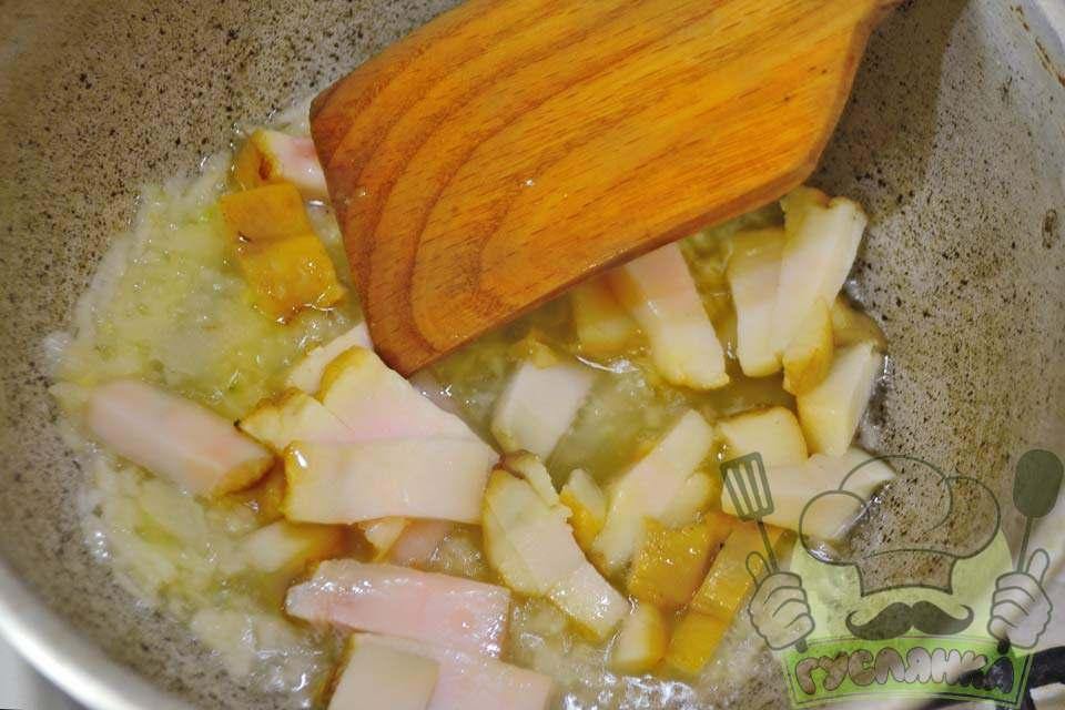 у розігріту пательню відправляю дрібну цибулю і сало, смажу цибулю на сильному вогні 3-4 хв