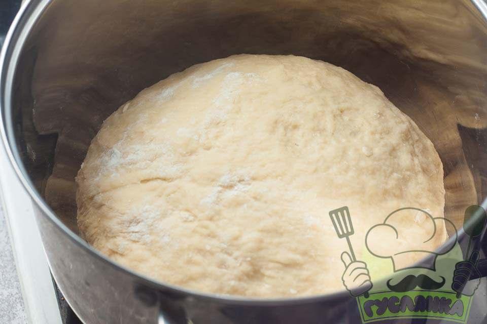 тісто добре вимішую та розміщую в чисту і суху ємність, зверху накриваю харчовою плівкою і ставлю в тепле місце на 60 хвилин