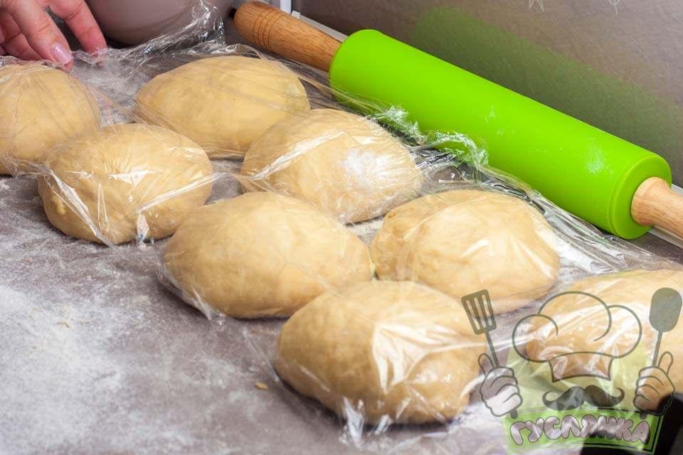 потім тісто ділю на 8 рівних частини і округляю кожну з них, накриваю харчовою плівкою та залишаю на 10 хвилин