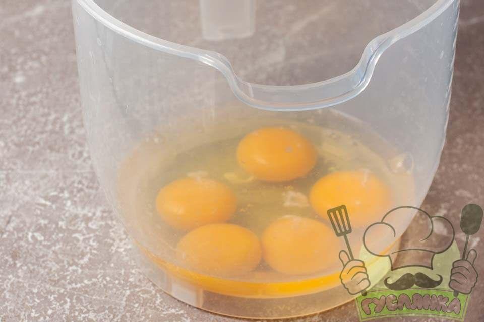 вбиваю яйця для тіста краффіна