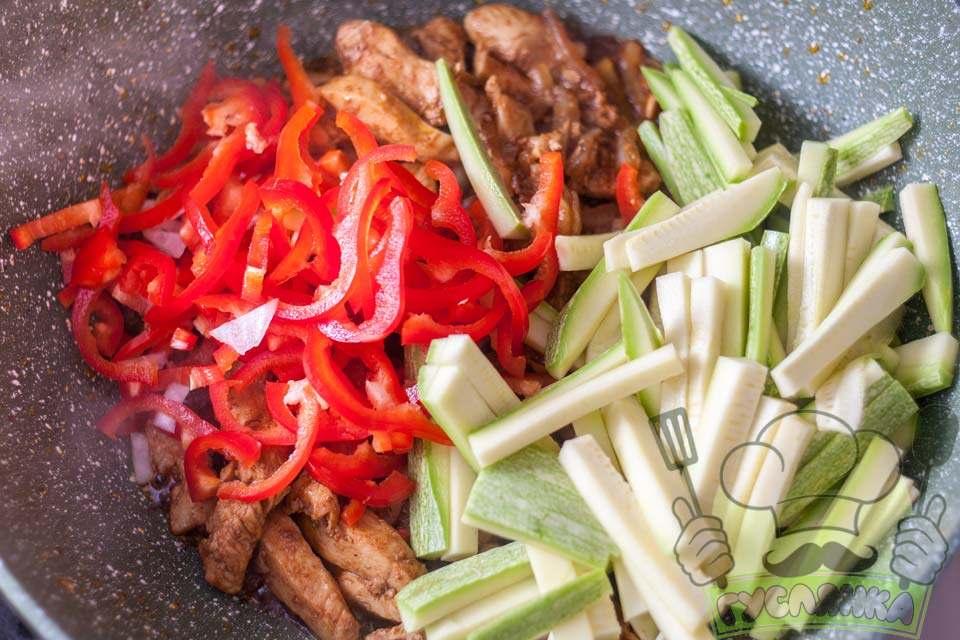 у сковороду додаю нарізані овочі і також швидко все обсмажую на сильному вогні