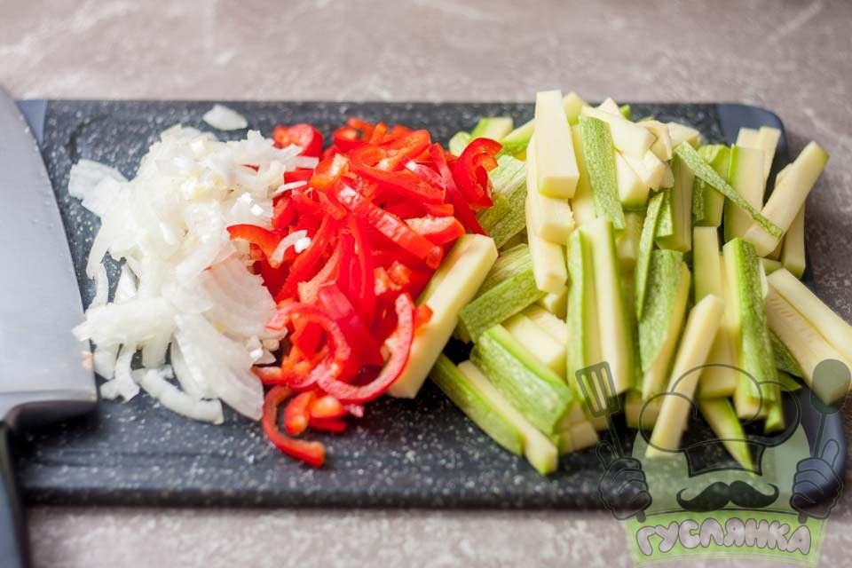 червоний солодкий перець, кабачок і цибулю необхідно очистити, вимити і нарізати соломкою