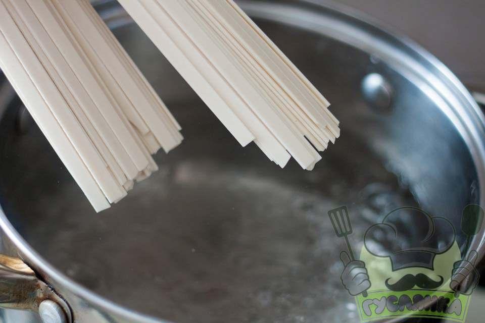 у каструлю наливаю воду, доводжу до кипіння і додаю сіль та закидаю локшину удон і варю згідно з інструкції на упаковці