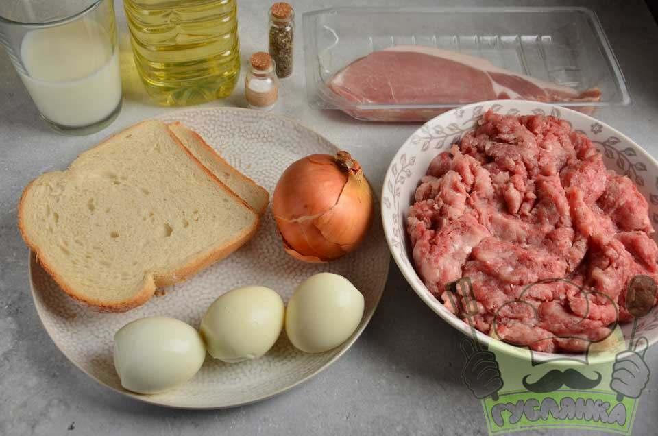 Інгредієнти для того, щоб приготувати м'ясний рулет мітлоф у духовці з яйцем і беконом