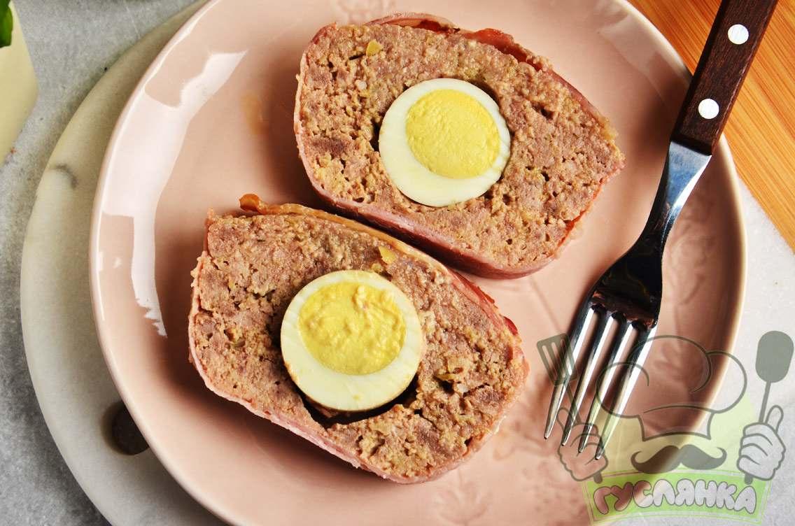М'ясний рулет мітлоф у духовці з яйцем і беконом