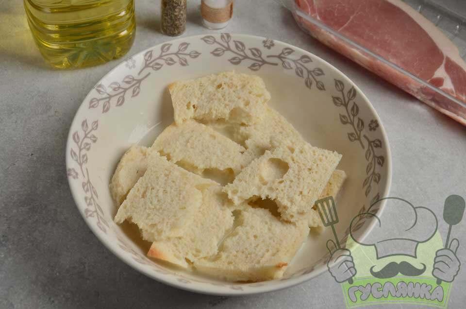 зрізаю скоринки зі шматочків хліба, ламаю їх і вимочую в молоці хвилин 5