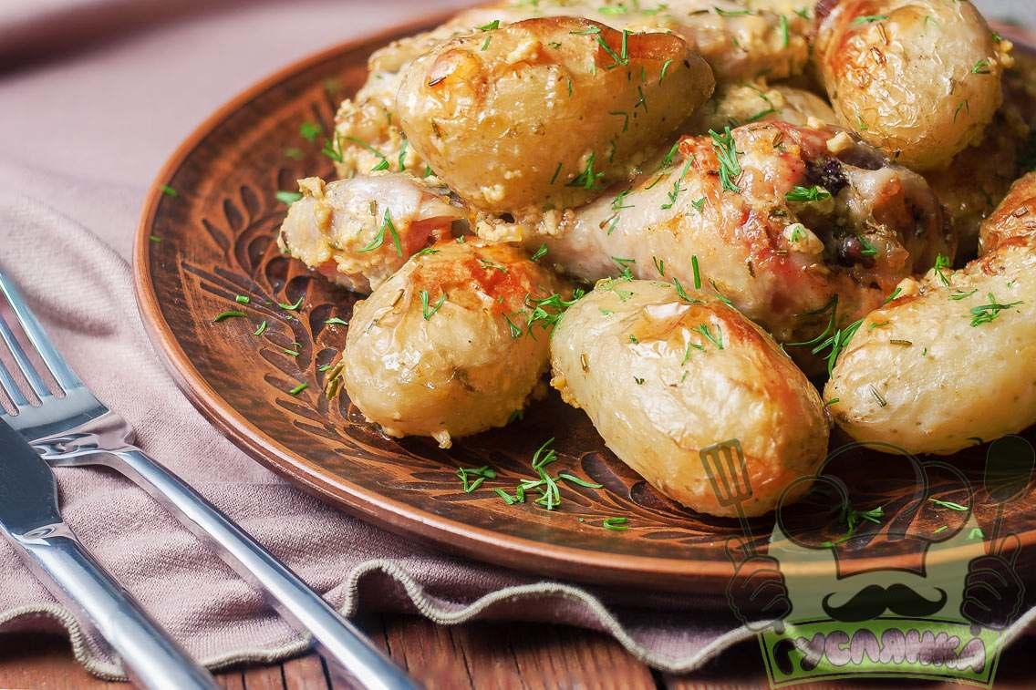 Молода картопля, запечена в духовці з куркою