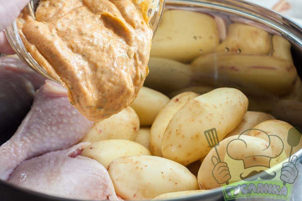 отриманий соус виливаю в картоплю з м'ясом