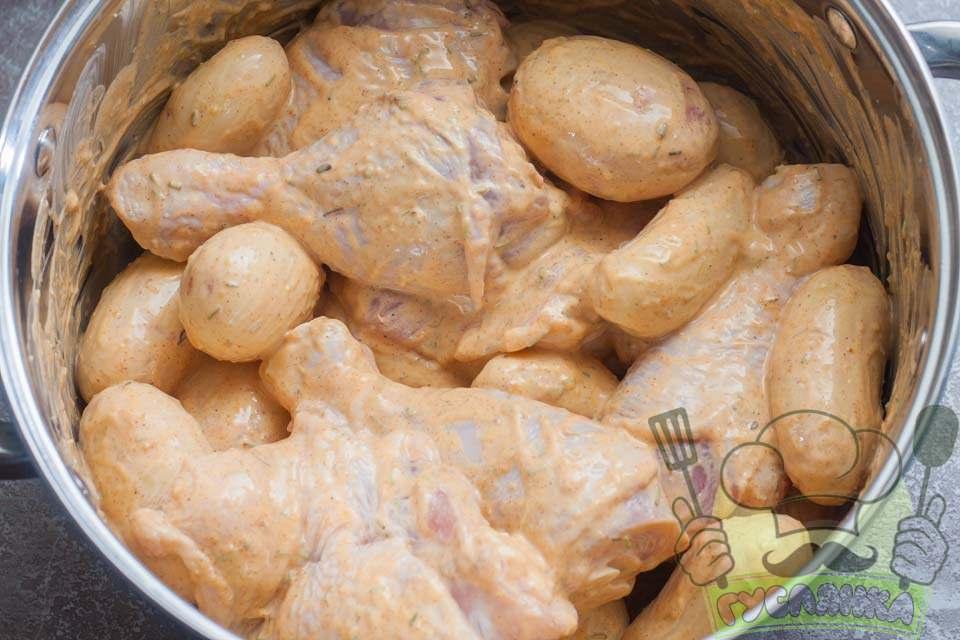 перемішую соус з картоплею і м'ясом