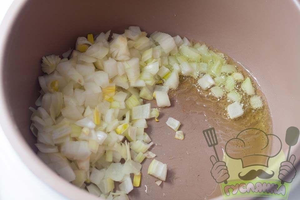 в чашу мультиварки наливаю олію та додаю нарізану цибулю, включаю режим смаження