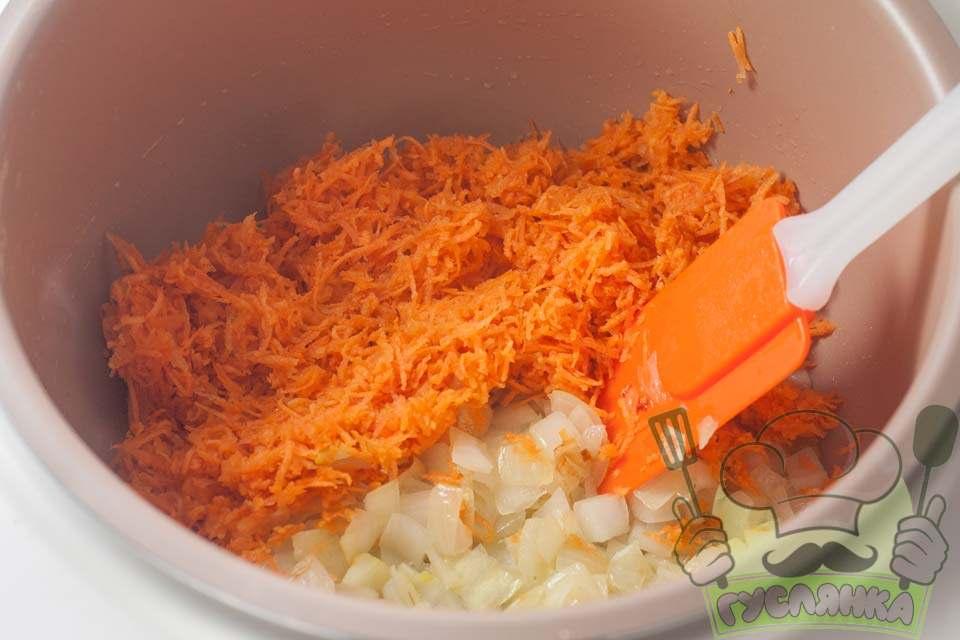 коли цибуля трохи підрум'яниться, додаю натерту моркву, овочі періодично помішують