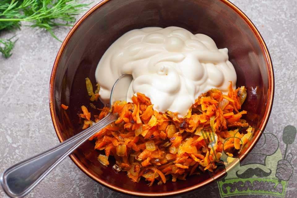 обсмажену моркву і цибулю перекладаю в миску та додаю майонез, перемішую
