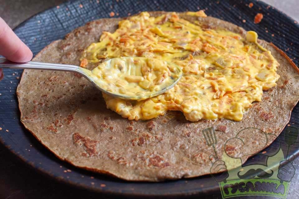 готовий печінковий млинець перекладаю на блюдо, зверху змащую млинець заздалегідь підготовленим прошарком
