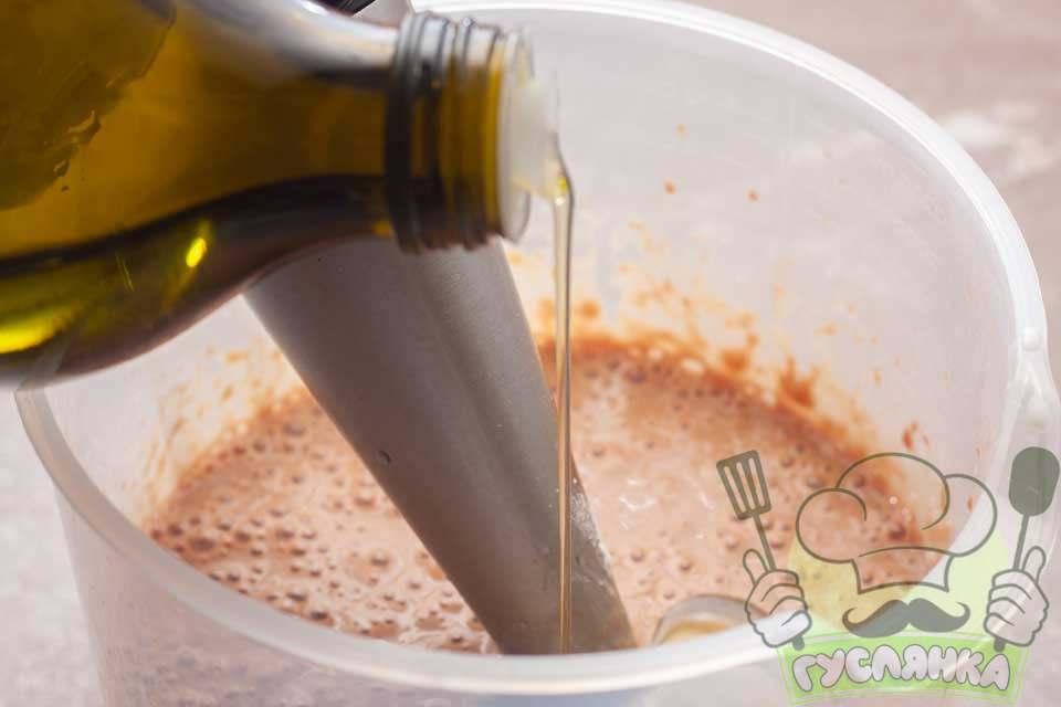 оливкову олію також додаю відразу в тісто і все добре перемішую