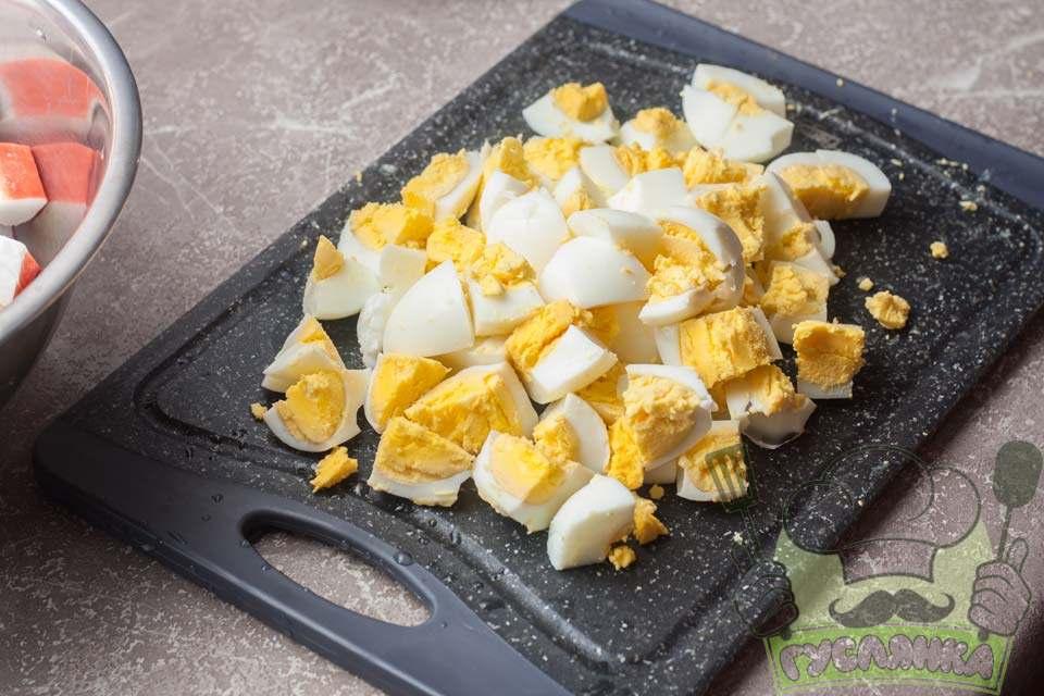 зварені в круту курячі яйця чищу від шкаралупи і розрізаю на 6-8 частин
