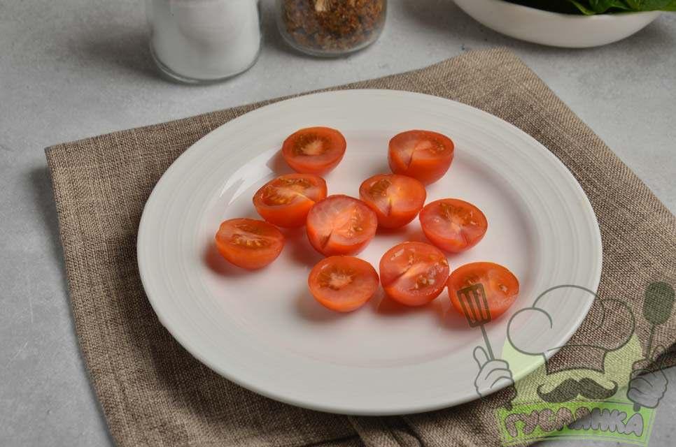 помідори черрі мию і розрізаю на половинки