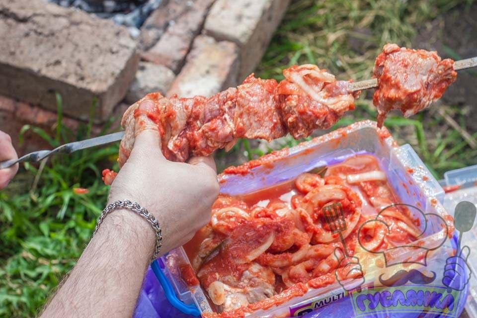 коли дрова в мангалі перегорять, дістаю свинячий шашлик з холодильника і нанизую шматочки м'яса на шампури, чергуючи м'ясо і цибулю
