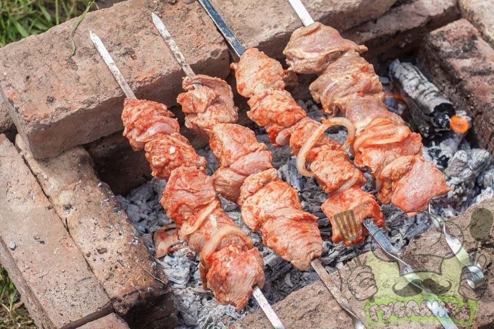 шампура з м'ясом кладу на мангал і обсмажую м'ясо до повної його готовності, періодично його крутячи