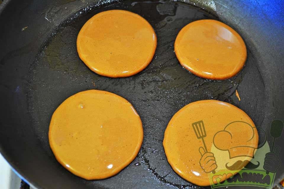 ставлю пательню на плиту і змащую трохи соняшниковою олією, на розігріту поверхню викладаю тісто